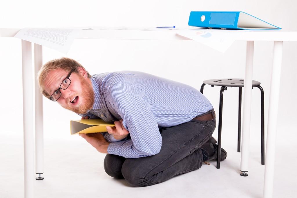 【オフィスで地震!焦る外国人同僚!】万が一の時、どう説明する? 防災に役立つ英語まとめ
