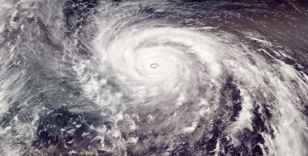 台風が企業に与える影響と適切な対策について